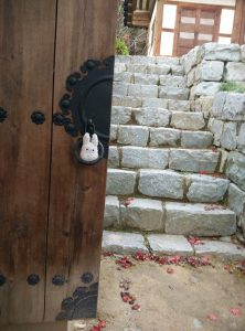 Totoro dans une porte